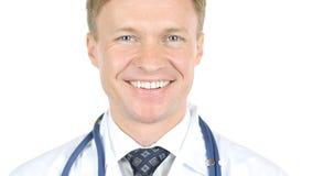 白色背景的微笑的医生Portrait 库存图片