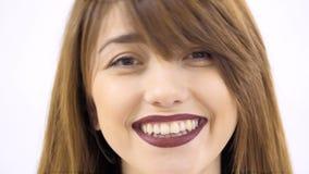 白色背景的微笑的女孩 股票录像