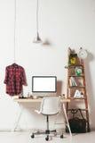白色背景的最小的办公室 免版税库存图片