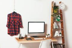 白色背景的最小的办公室 库存照片