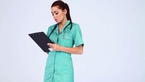 白色背景的美丽的女性医生 影视素材