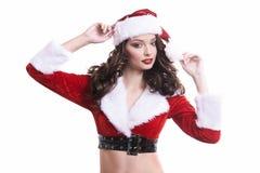白色背景的美丽的年轻圣诞老人女孩 免版税图库摄影