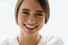 白色背景的美丽的微笑的性感的妇女 被设色的背景秀丽蓝色概念容器装饰性的深度详细资料域充分的仿效宏观自然超出珍珠浅天空 库存照片