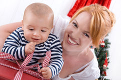 白色背景的赤足婴孩与他的圣诞节的o母亲 免版税库存照片