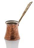 白色背景的铜咖啡土耳其人 库存图片