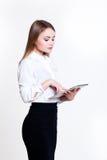 白色背景的年轻可爱的企业女孩与文件夹 图库摄影