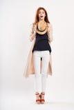白色背景的年轻美丽的妇女拿着一个帽子,时尚,样式,秀丽 免版税库存图片