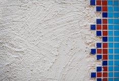 白色背景粗砺的膏药墙壁 免版税库存图片