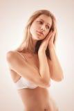 白色胸罩的纯净的白肤金发的妇女 免版税库存图片