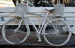 白色自行车 免版税库存照片
