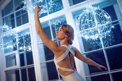 白色舞蹈紧身连衣裤和Pointe鞋子的,跳芭蕾舞者年轻美丽的女孩 反对窗口,样式,雍容 库存照片
