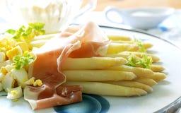白色芦笋和火腿开胃菜 免版税图库摄影