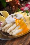 白色芦笋服务用美好的蛋黄奶油酸辣酱调味汁和Poache 库存照片