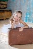 白色芭蕾舞短裙的小可爱的芭蕾舞女演员有老葡萄酒suitcas的 免版税图库摄影