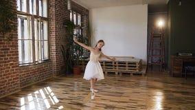 白色芭蕾舞短裙的年轻优美的芭蕾舞女演员在舞蹈大厅执行古典舞蹈 白色的美丽的亭亭玉立的芭蕾舞女演员 股票视频