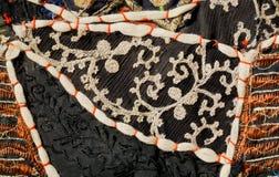 白色花卉被仿造的刺绣细节在葡萄酒地毯的在补缀品传统 免版税库存图片