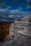 白色花岗岩露出前景在山姆的点蜜饯的多云蓝天下 免版税图库摄影