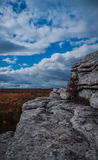 白色花岗岩露出在山姆的点蜜饯的多云蓝天下 免版税图库摄影