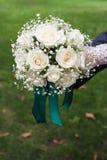 白色花束在新娘的手上 免版税库存图片