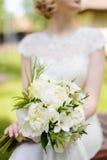 白色花束在新娘的手上 库存照片