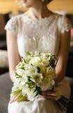 白色花束在新娘的手上 图库摄影