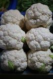 白色花椰菜在菜市场商店 免版税库存图片
