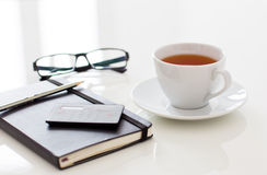 白色茶在桌上的 库存图片