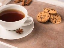 白色茶在盘子的用曲奇饼和苦苣生茯 库存图片