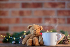 白色茶在礼物和圣诞节神仙Ligths附近的 图库摄影