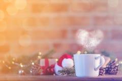 白色茶在礼物和圣诞节神仙Ligths附近的 免版税库存照片