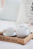 白色茶壶和杯子在一个木盘子 免版税库存照片