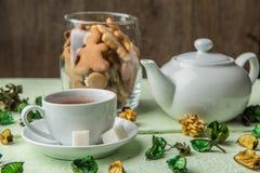 白色茶壶和杯子用茶 图库摄影