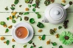 白色茶壶和杯子用茶 库存图片