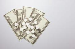 白色药片和金钱,保健费用概念,护理费用, 图库摄影