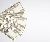 白色药片和金钱,保健费用概念,护理费用, 免版税库存图片