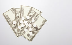 白色药片和金钱,保健费用概念,护理费用, 库存照片