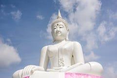 白色菩萨和天空在Pa Sak Jolasid水坝泰国附近位于 图库摄影
