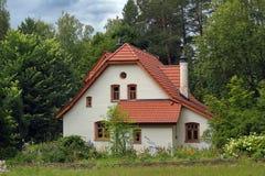 白色葡萄酒房子在森林里 库存图片