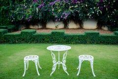 白色葡萄酒椅子在庭院里 免版税图库摄影