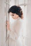 白色葡萄酒礼服的夫人 图库摄影