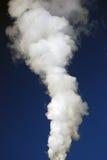 白色蒸汽小河在天空的 图库摄影