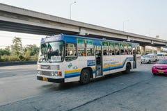 白色蓝色公共汽车在曼谷 免版税库存照片