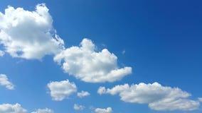 白色蓬松云彩时间间隔夹子在蓝天的 股票录像