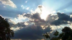 白色蓬松云彩时间间隔夹子在蓝天的 影视素材