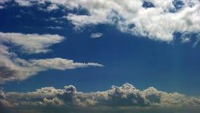 白色蓬松云彩时间间隔夹子在蓝天的 股票视频