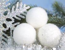 白色蓬松新年球 免版税库存图片