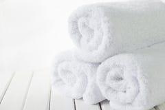 白色蓬松毛巾 免版税库存照片