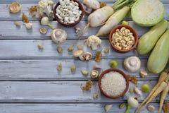 白色蔬菜和水果在木背景-无核小葡萄干,花椰菜,蘑菇,萝卜,荷兰芹,蘑菇,大蒜 葱, 免版税库存照片