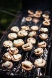 白色蘑菇烤了BBQ蒸汽 库存图片