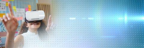 白色虚拟现实耳机的妇女有蓝色技术转折的 库存照片